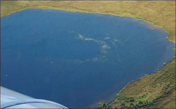 Metan sızıntısı krater gölünün yüzeyinde belli oluyor. [Vasily Bogoyavlensky]