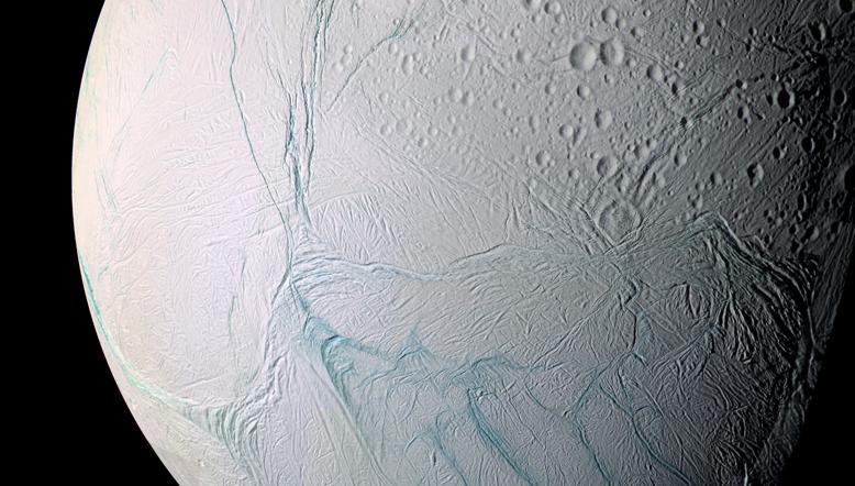 Enceladus'un yüzeyine ait görünüm. [NASA]
