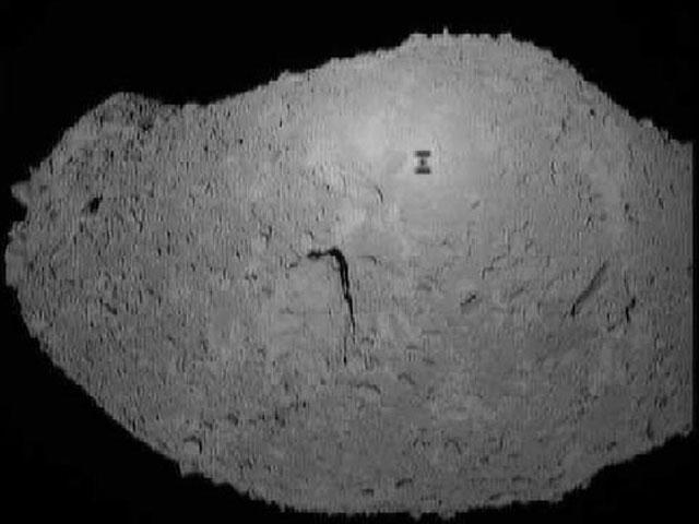 Hayabusa uzay aracının 2005 yılında Itokawa astroidi üzerinde beliren gölgesi. Itokawa, Ay'ın yörüngesine çekilmesi düşünülen göktaşları arasında yer alıyor.[JAXA)