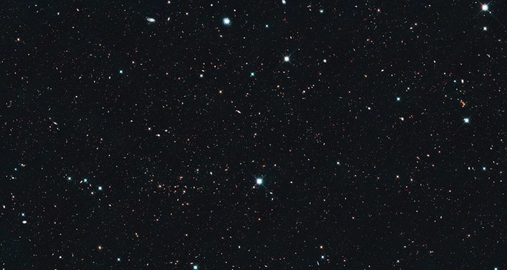 Hubble Uzay Teleskobu'nun görüntülediği uzak galaksiler. [NASA]