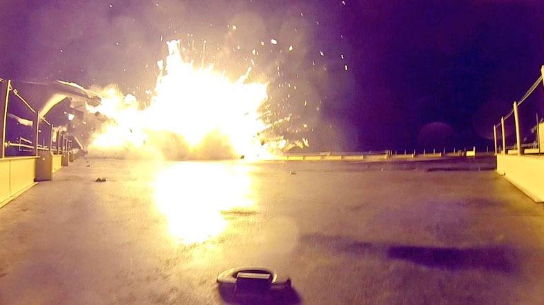 Falcon 9, Ocak ayındaki ilk denemesinde yüzen plaftorma böyle çakıldı. [Twitter]