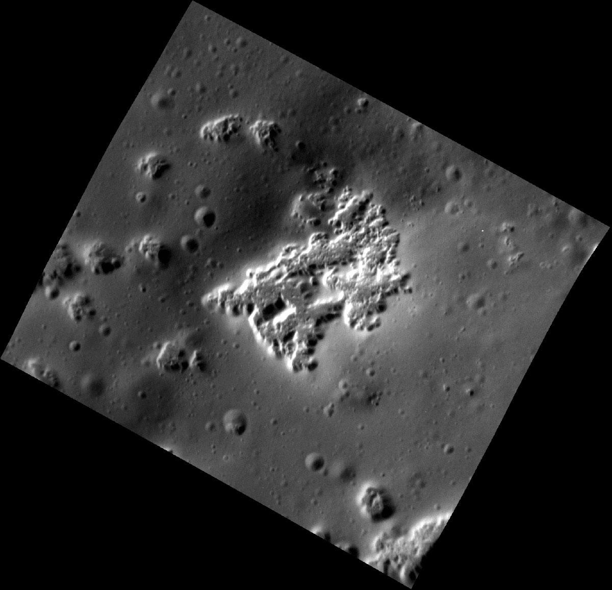 Basık alanlara ait yakın çekim görüntü. [NASA/Johns Hopkins University Applied Physics Laboratory/Carnegie Institution of Washington]