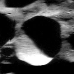 Kutup noktasındaki bir krater. [NASA]