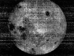 Luna 3 tarafından çekilen ilk fotoğraf. [Wikipedia]