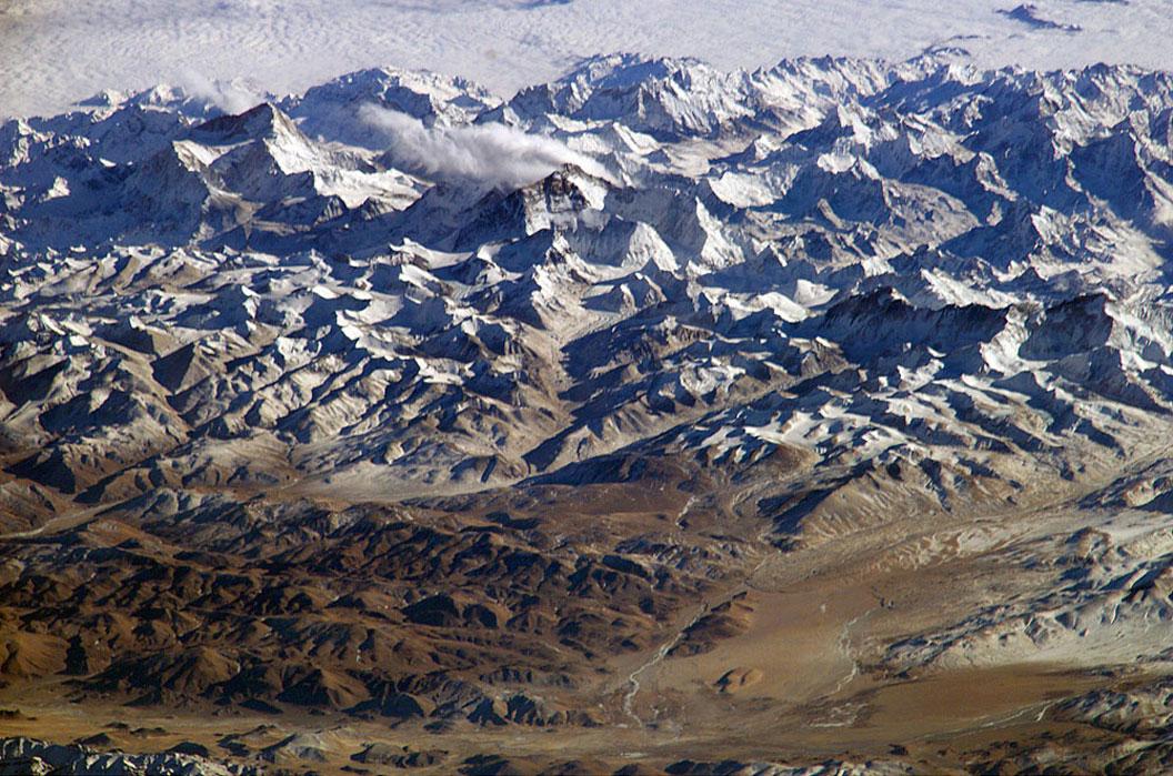 Tibet Platosu'na ait kuşbakışı fotoğrafta, solda 8,642 metrelik Makau, sağda ise 8,850 metrelik Everest yer alıyor. [NASA]