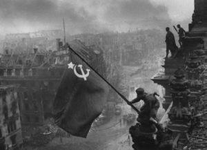 Reichstaq üzerinde Sovyet bayrağı. [Wikipedia]