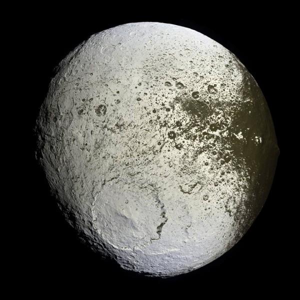 Cassini'nin 10 Eylül 2007'de çektiği fotoğrafta Iapetus'un parlak yüzü görünüyor. [NASA]