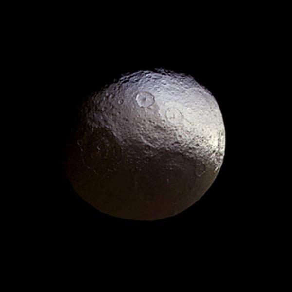 Iapetus'un 27 Mart 2015 tarihli fotoğrafında iki farklı yüzü de görülebiliyor. [NASA]