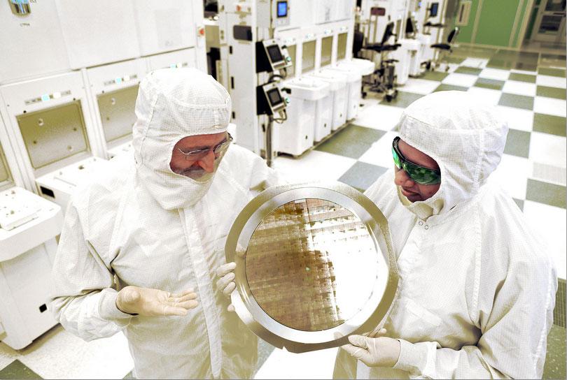 IBM mühendisleri Michael Liehr ve Bala Haranand, 300 mm'lik bir silikon plaka tutuyor. [IBM)