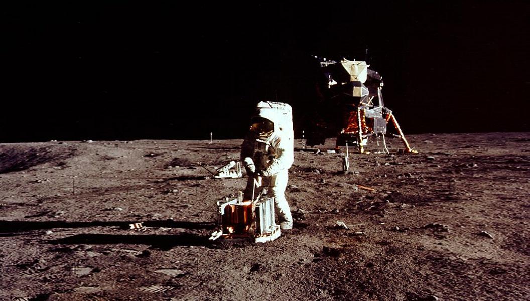 Ay yüzeyinde sismik deney yapan Buzz Aldrin. [NASA]