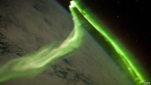 Kuzey ışıkları atmosfere giren kozmik parçacıkların etkileşimiyle oluşuyor.