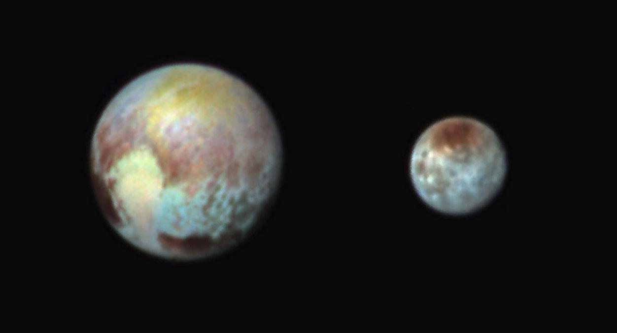 Plüton ve Charon'un sahte renkli fotoğrafı. [NASA]