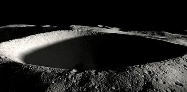 Adını Antarktika kaşifi Ernest Shackleton'dan alan krater, kozmik buzdolabından farksız. [NASA]