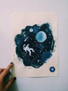 Çizime meraklı olan Berfin yeteneğini Ay ve yıldızları çizerek gösteriyor.