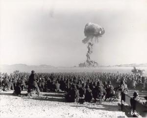 Nevada Çölü'nde 1951'de gerçekleştirilen Buster Operasyonu'ndaki bir patlamayı askerler 9,7 km mesafeden izliyor. [Wikipedia]