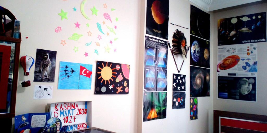 Enisa'nın odası Mars yolculuğu mesajları ve uzay bilgileriyle kaplı.