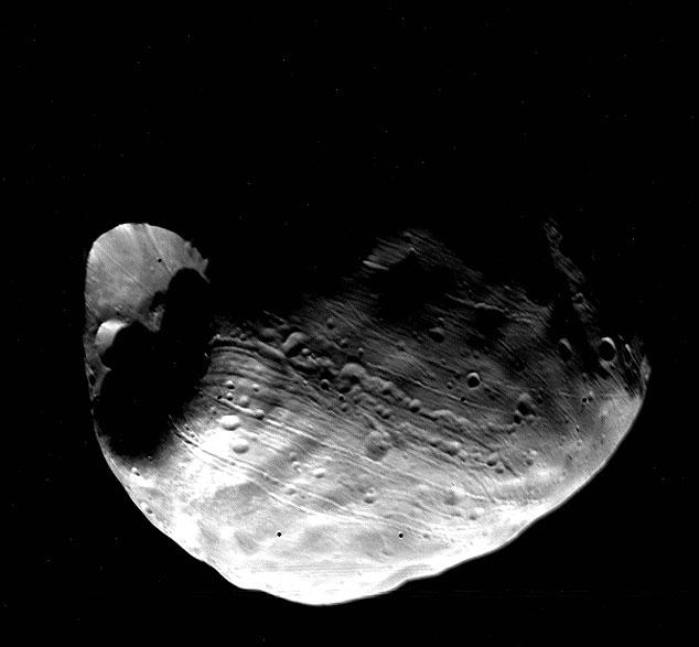 10 km genişliğindeki Stickney krateri. [NASA]