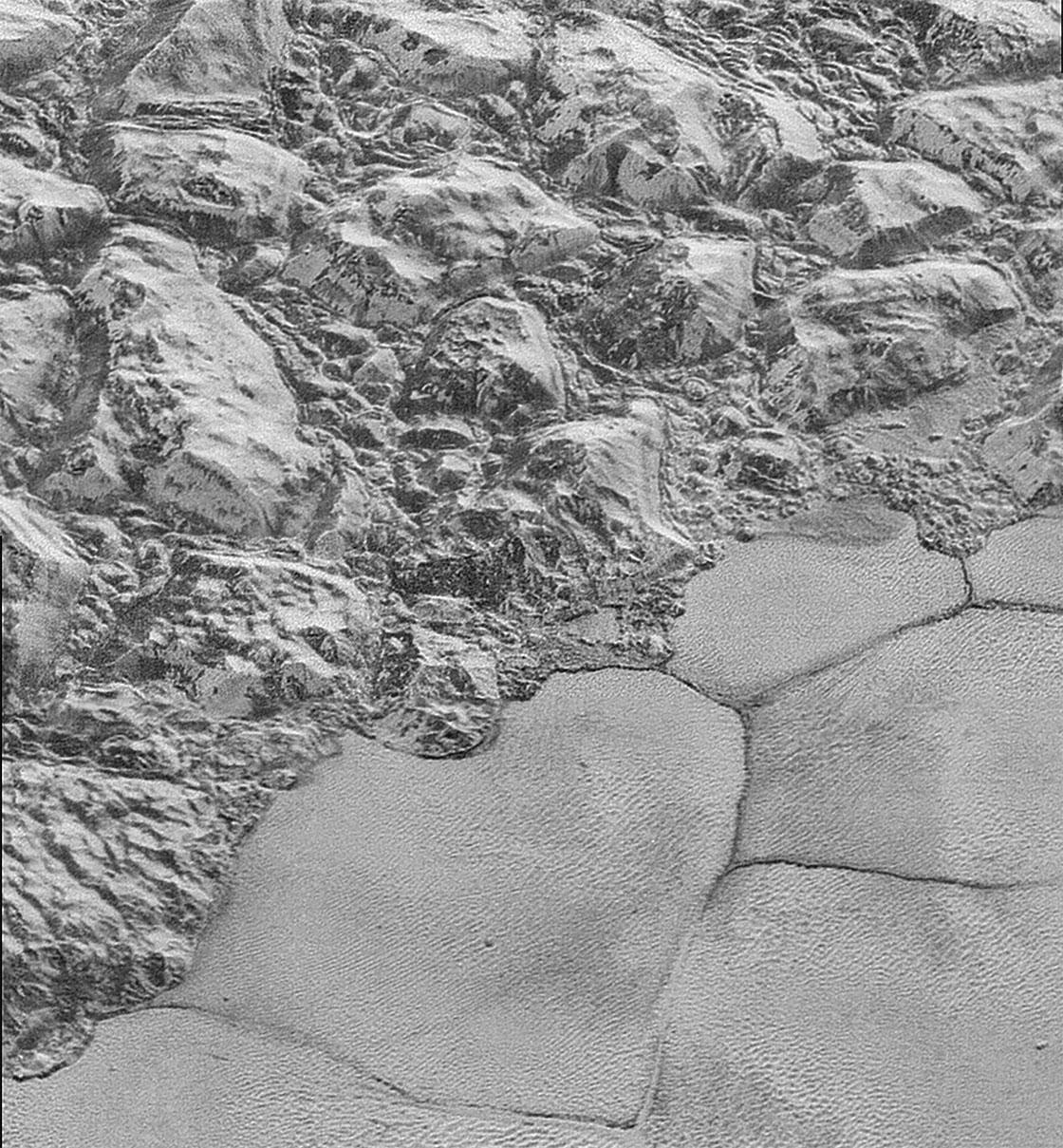 Sputnik Planum'un kıyısında yer alan buzul dağların iç içe geçmiş görüntüsü, buzul akıntılarla zamanla bir araya toplandıkları düşüncesini güçlendiriyor. [NASA/JHUAPL/SwRI]