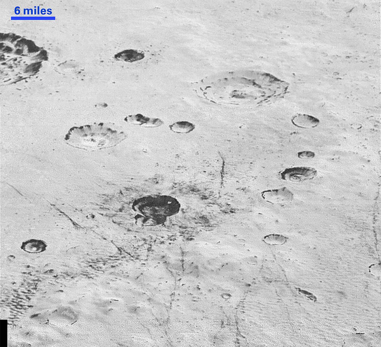 Buzul ovadaki yapıları gösteren fotoğraf, çarpışma kraterlerinin iç duvarlarını ortaya çıkaracak kadar detay sunuyor. [NASA/JHUAPL/SwRI]
