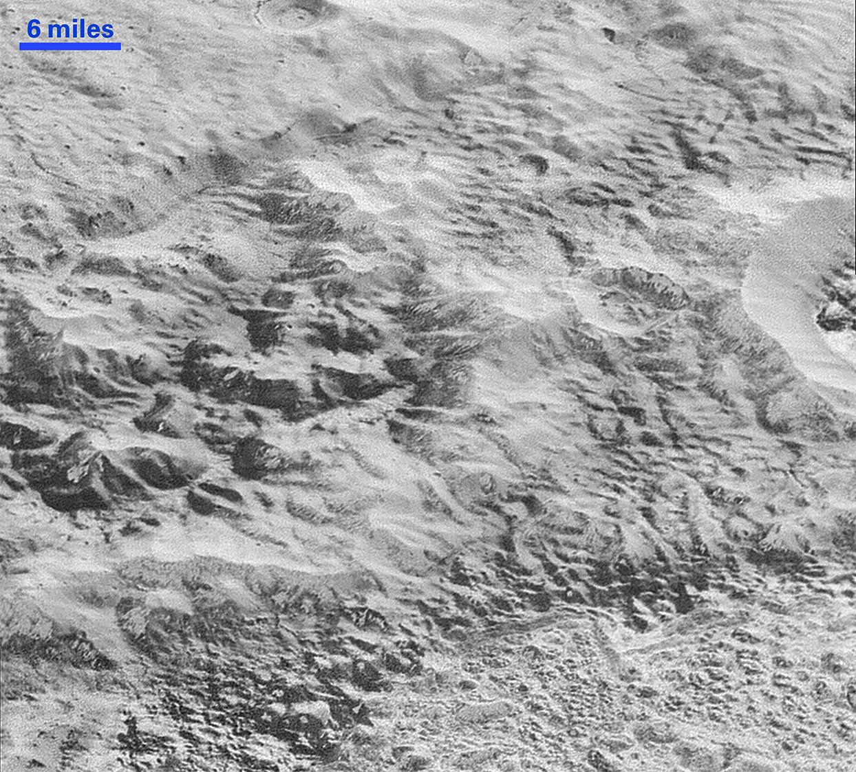 Plüton'un bozuk yapılarını gösteren fotoğraf, güçlü erozyon izleri taşıyor. [NASA/JHUAPL/SwRI]