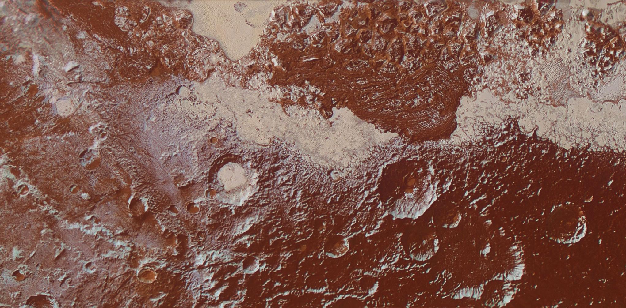 Plüton'un yüzeyine ait piksel başına 650 metre çözünürlüklü renkli fotoğraf. Sağ alt köşede kraterli koyu alan görülürken, yukarısında Sputnik Planum'un yüzeyini sıradağlar ile kaplayan değişken buz-su alan yer alıyor. Orta altta ise metan-buz kalıntıları tektonik yamaçları, kraterlerin kenarlarını ve kuzeye bakan eğimleri oluşturuyor. [NASA]