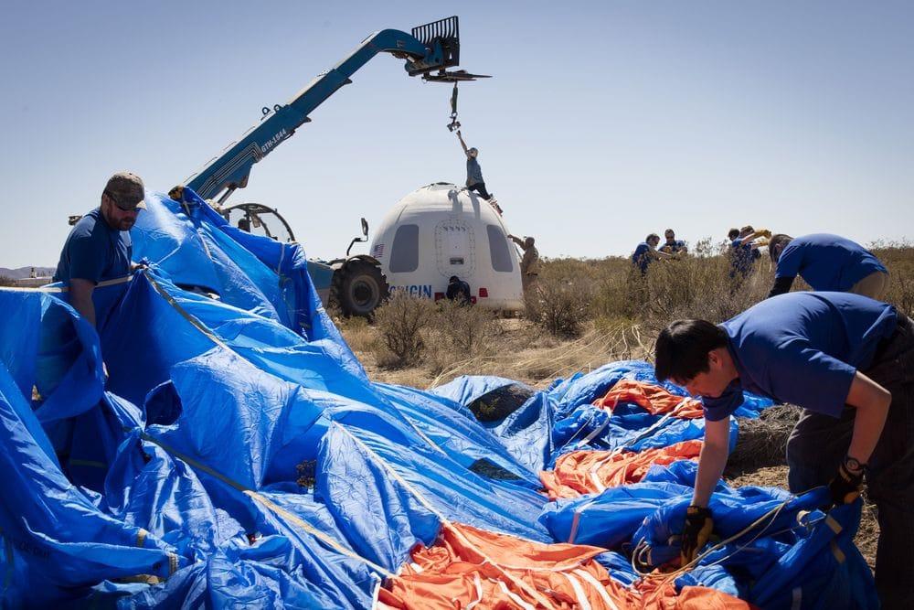 Blue Origin ekibi üyeleri yumuşak ve başarılı bir iniş sonrası Mürettebat Kapsülü'nü kurtarırken.