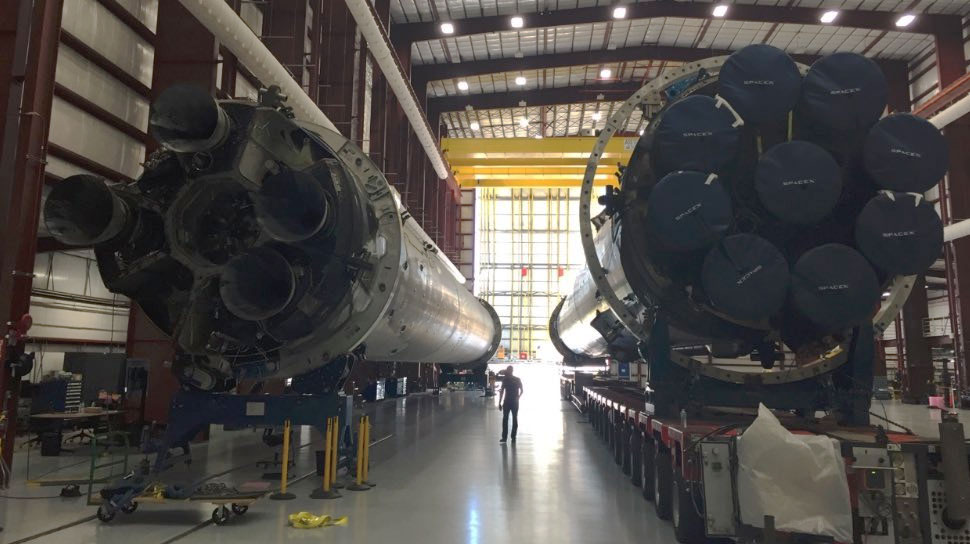 Solda, 22 Aralık 2015'te Orbcomm görevi sonrasında karaya inen, sağdaki ise 8 Nisan 2016'da Uluslararası Uzay İstasyonu'na (UUİ) Dragon kapsülünü gönderdikten sonra okyanusa iniş yapan Falcon 9 görülüyor. [SpaceX]