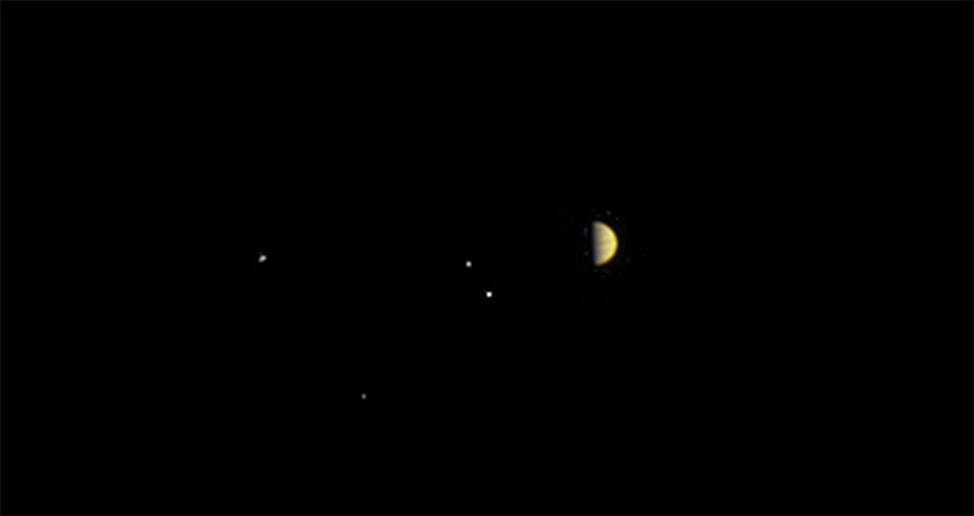 Juno'nun Jüpiter ve uydularına ait ilk görüntüsü. [NASA]