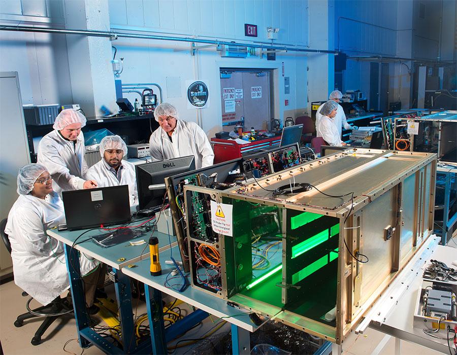 NASA mühendisleri Saffire I modülü (arkada) ve Saffire II modülü (ön tarafta) üzerinde çalışıyor. [NASA]