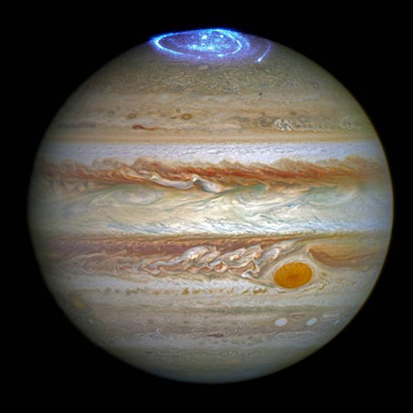 NASA çalışanları Hubble Uzay Teleskobunun ultraviyole (morötesi ışınım) özelliklerini kullanarak, Jüpiter'in kutup atmosferinden çarpıcı kutup ışıklarını yakalamayı başardılar. Yüksek enerjili tanecikler gezegenin atmosferine girdiğinde manyetik kutuplarına yakın gaz tanecikleri ile çarpışarak kutup ışıklarını oluşturuyorlar. [NASA]