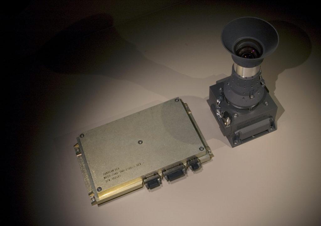 JunoCam, bir kamera kafası ve bir elektronik kutudan oluşmaktadır. Elektronik kutu Juno'nun radyasyon koruyucu kalkanı içerisinde yer alıyor. [NASA/JPL-Caltech]