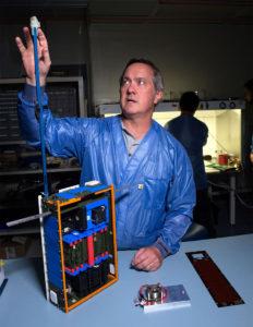 Dellingr Proje Müdürü Chuck Clagett, uydunun mıknatısölçer taşıyan antenini gösteriyor. [NASA's Goddard Space Flight Center/Bill Hrybyk]