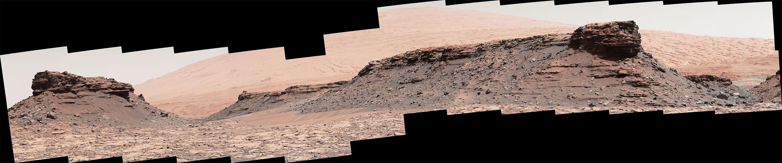 18 Ağustos 2016 tarihine ait panoramada aralarında 80 metre mesafe bulunan iki tepe görülüyor. 10 metre yükselikteki sağdaki tepe, Curiosity'den fotoğraf çekildiğinde 82 metre ötedeydi. [NASA/JPL-Caltech/MSSS]