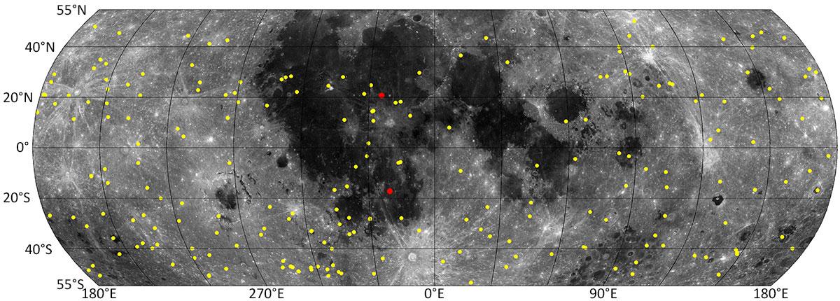 Ay haritasındaki sarı noktalar, 14 bin fotoğrafın incelenmesiyle tespit edildi. İki kırmızı nokta ise yer gözlemleriyle tespit edilen kraterleri gösteriyor. [NASA/GSFC/Arizona State University]