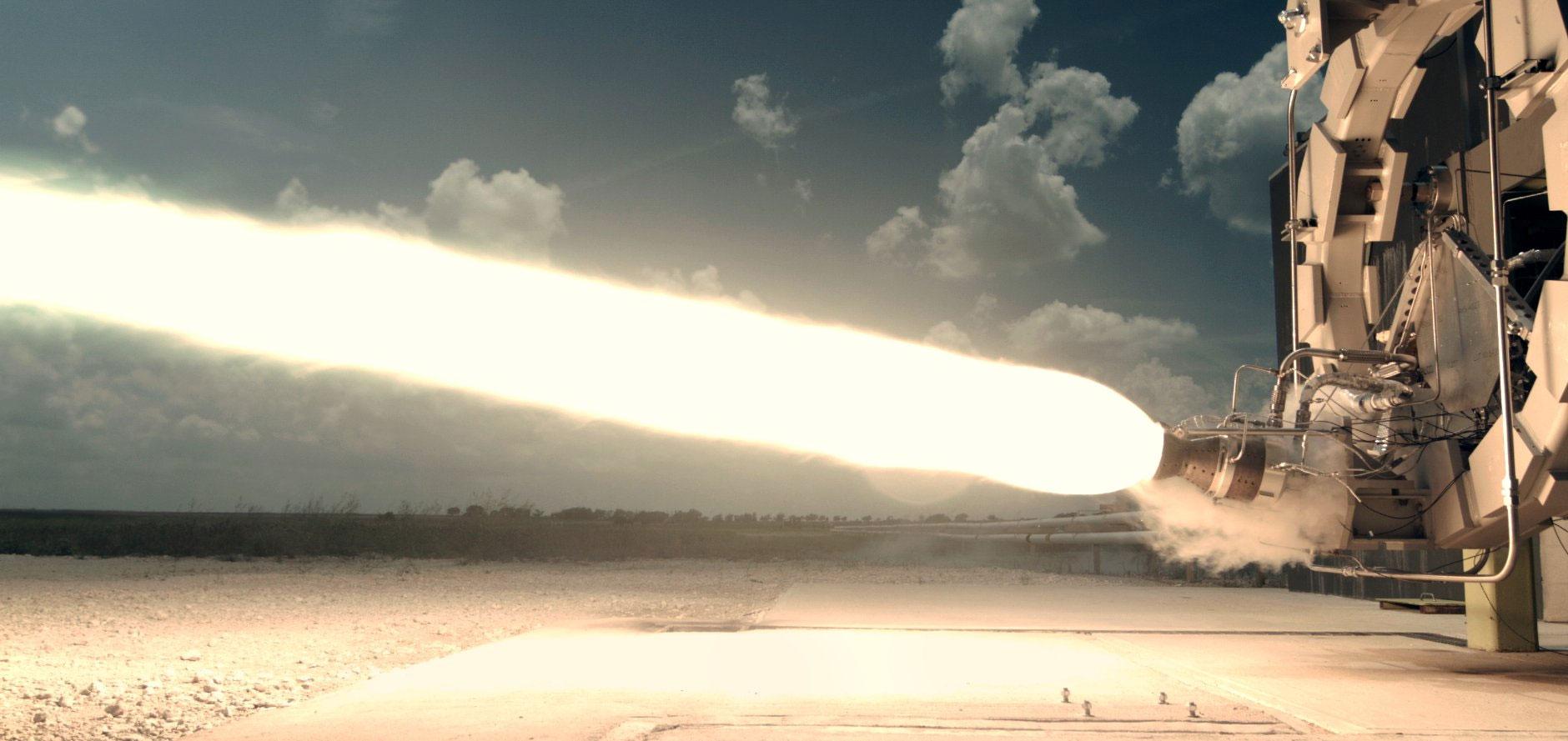 NASA için roket motoru geliştiren FireFly Space Systems'in FireFly Alpha motoru ile ateşleme denemesi. [FireFly]