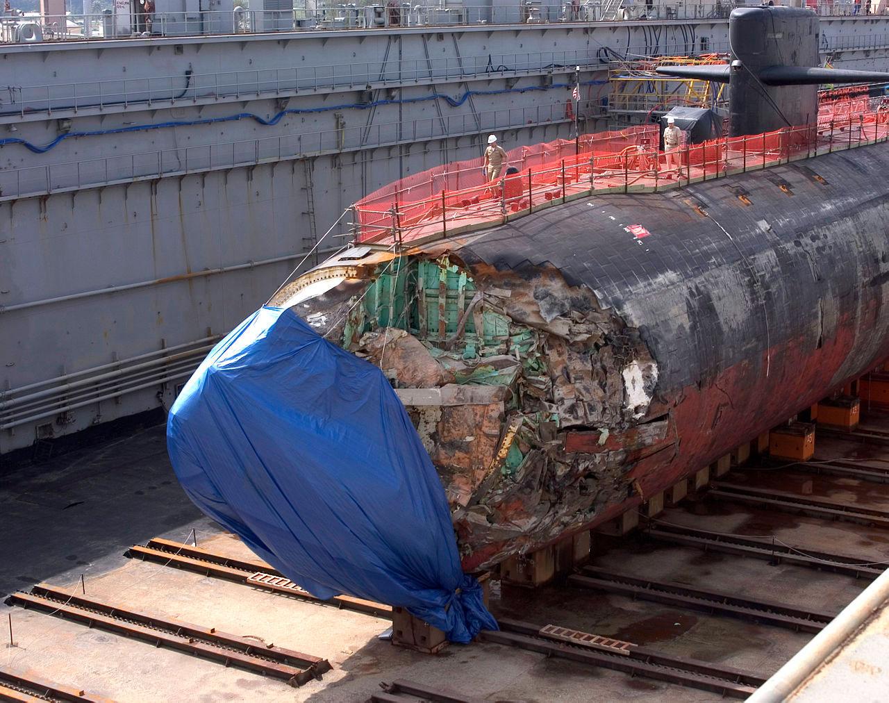 USS San Francisco kazanın ardından Guam'da tamirdeyken. [Wikipedia]