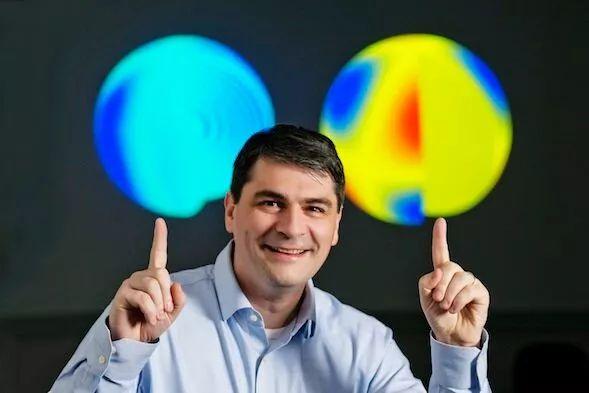 Laurent Gizon, Kepler 11145123'ün astrosismolojik taramalarını gösteren haritaları gösteriyor.